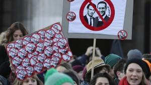 Tausende protestieren gegen Österreichs neue Regierung