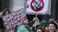 Kurz unter Protesten als neuer österreichischer Kanzler vereidigt