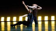"""Techno und Lichtkunst ziehen auf den Tanzboden: Ian Kaler (vorne) tanzt mit Philipp Gehmacher im Frankfurt Lab sein Werk """"o.T. (gateways to movement)""""."""