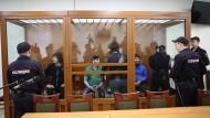 Die fünf Angeklagten in einem Glaskäfig in einem Moskauer Militärgericht.