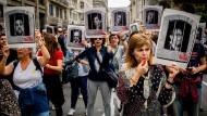 Frauen protestieren in Barcelona am Montag mit Plakaten, auf denen die angeklagten katalanischen Separatistenführer abgebildet sind, gegen das Urteil des Obersten Gerichts.