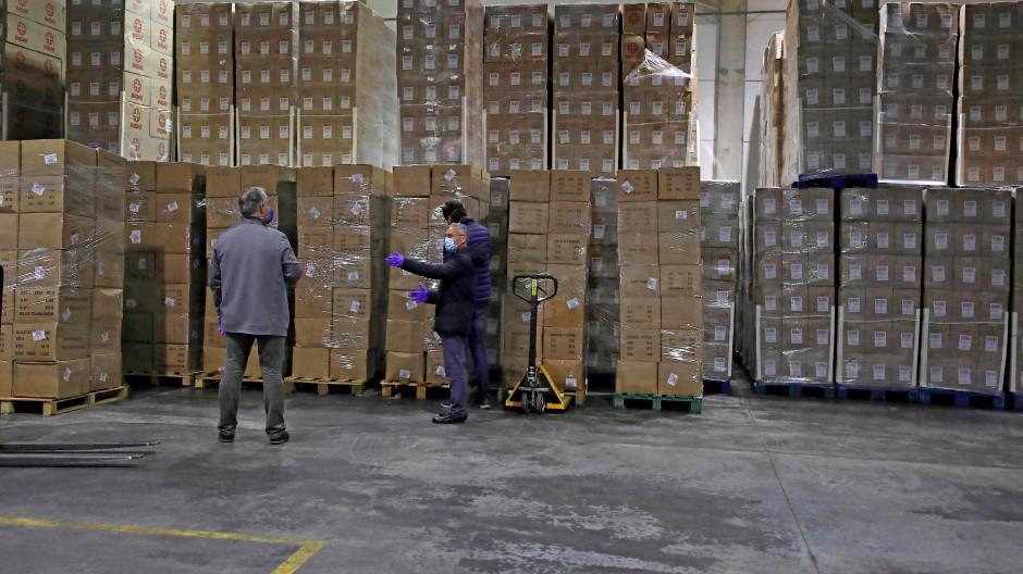 Lieferung medizinischer Güter als China in einem Lagerhaus im spanischen Valencia.