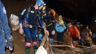 Rettungskräfte in der Tham Luang Höhle in Thailand