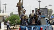 Irakische Kurden fahren nach Einnahme der Stadt durch die Straßen von Kirkuk
