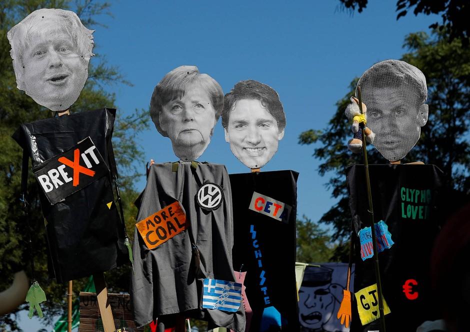 Boris Johnson, Angela Merkel, Justin Trudeau und Emmanuel Macron: Sie alle stehen für das, wogegen die Demonstranten zum G-7-Gipfel protestieren.