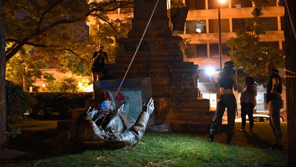 Demonstranten stürzen Denkmal von Südstaatengeneral