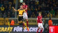 Dynamos Lucas Röser (links) im Kopfballduell mit Kaiserslauterns Stipe Vucur