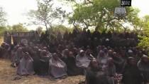 Archivbild: Das Bild zeigt Frauen und Kinder, die bei einem ähnlichen Überfall im April von der Miliz Boko Haram entführt wurden.