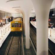 """Technische Eleganz: Eine U-Bahn auf Schulungsfahrt in Oliver Colligons Bahnhof """"Rotes Rathaus"""""""