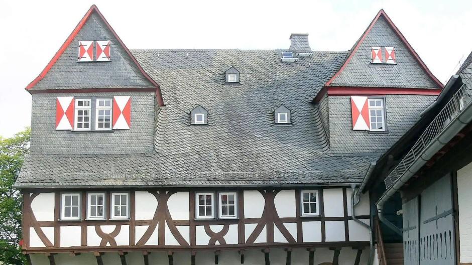 Das Renaissance-Schloss Neuweilnau: Seit 1816 dient es als Forstbehörde und bildet dank umfassender Restaurierung mit seinen Fachwerkgalerien und verschieferten Giebeln nun auch einen stimmungsvollen Rahmen für das unterdessen hinzugekommene Standesamt.