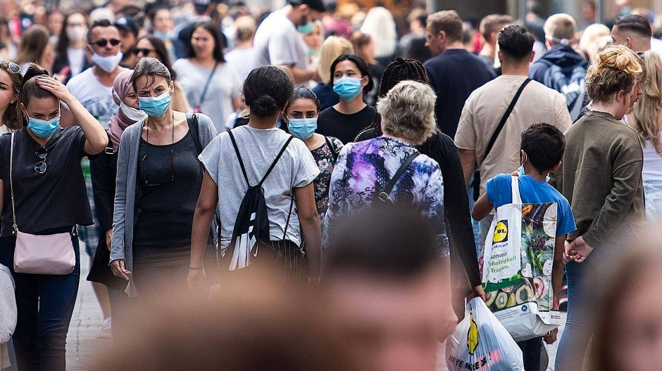 In der Kölner Schildergasse tragen Ende Juli viele Passanten Masken.
