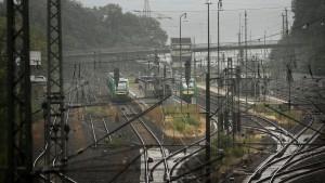 Marode Brücke schneidet Niedernhausen vom Bahnverkehr ab