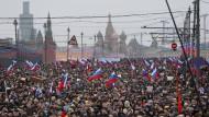 Trauermarsch und Demonstration: Tausenden kamen nach dem Mord an Boris Nemzow vor dem Kreml zusammen.