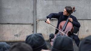 Cellist Gautier Capuçon spielt vor Berliner Mauerresten