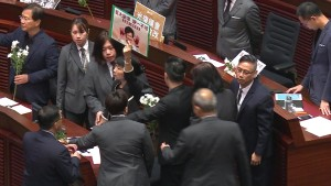 Wieder Tumulte in Hongkongs Stadtparlament
