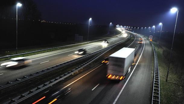 Laster auf Autobahn bei voller Fahrt ausgeraubt