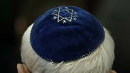 Ein Mann trägt eine Kippa in einer Synagoge