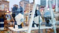 Mund-Nasen-Masken in einer Frankfurter Apotheke: Die Pandemie hat Hessen weiterhin fest im Griff.