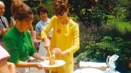 """Familienmensch und Star: Hepburn beim Servieren von """"Spaghetti al pomodoro"""" während einer Gartenparty in ihrem Haus in der Schweiz Anfang der Siebziger."""