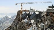 Kaum Platz: Der Baukran überragt das Gipfelkreuz und muss die gesamte Zugspitze mit Baumaterial versorgen
