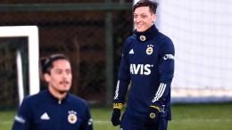 Mesut Özil kickt nun für Fenerbahce Istanbul