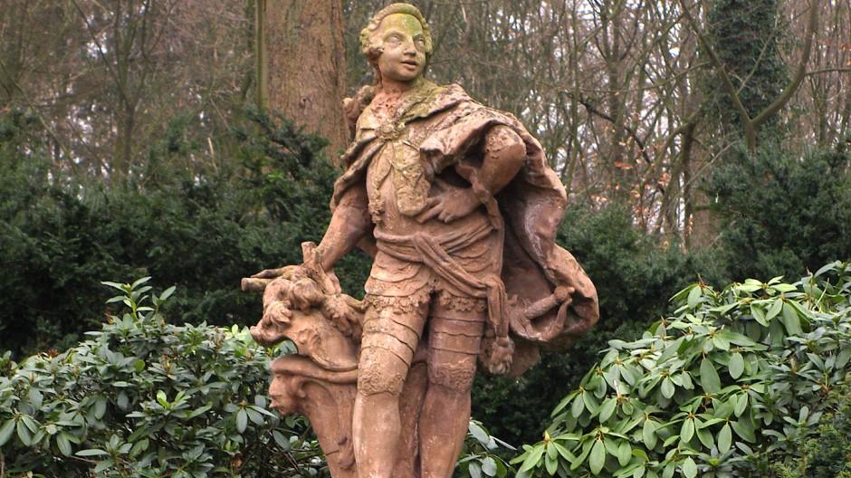 Als von einem Bischof Prunkentfaltung noch erwartet wurde, konnte sich Clemens August von Köln im Park seines Jagdschlosses Clemenswerth im Emsland als Kavalier darstellen lassen.
