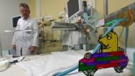 Thomas Klingebiel, Direktor der Klinik für Kinder- und Jugendmedizin, im Zentrum für angeborene Fehlbildungen in einem Raum zur Erstversorgung von Neugeborenen.