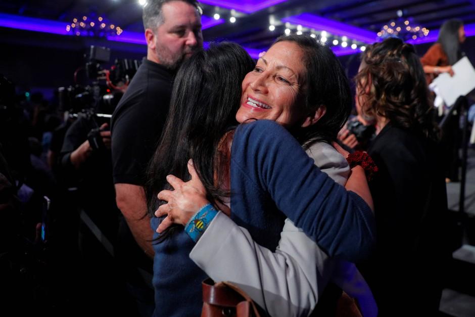 Deb Haaland umarmt in New Mexiko eine Unterstützerin nach ihrem Wahlsieg bei den Zwischenwahlen