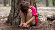 Alleingelassen: Viele Kinder, deren Eltern psychisch krank sind, leiden darunter und wissen nicht, wohin sie sich wenden können. Ihr Risiko, selbst zu erkranken, steigt damit immens.