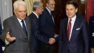 Italiens Staatspräsident Sergio Mattarella (l) empfängt Ministerpräsident Giuseppe Conte am Dienstag im Quirinalspalast.