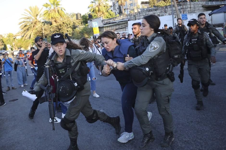 Die Al-Jazeera-Journalistin Givara Budeiri wird am Samstag in Jerusalem festgenommen.