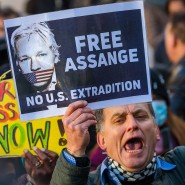 Demonstranten vor dem Westminster Magistrates Court in Lodon fordern die Freilassung von Julian Assange, 6. Januar 2021.