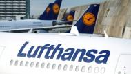 Geparkte Lufthansa-Maschinen am Flughafen Frankfurt: Sie bleiben vorerst am Boden.