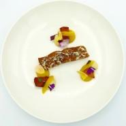 So aufregend kann rheinische Küche sein: kanadischer Wildlachs mit Kaki-Pflaumen und drei Nestern von gelber Paprika.
