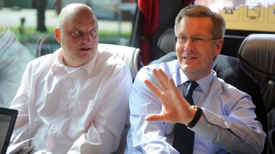 Juni 2010: Christian Wulff, damals Ministerpräsident Niedersachsens mit seinem Regierungssprecher Olaf Glaeseker