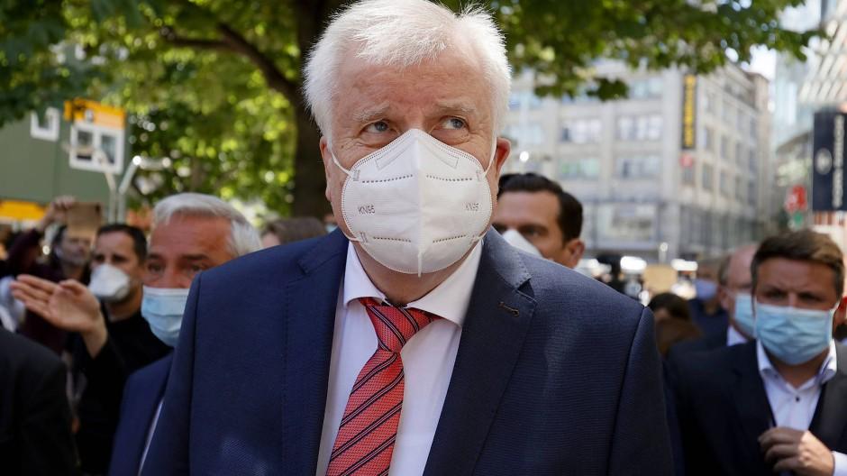 Bundesinnenminister Horst Seehofer trägt bei einem Besuch in Stuttgart Mund-Nasen-Schutz