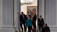 Bundeskanzlerin Angela Merkel verlässt nach dem Gespräch mit Horst Seehofer, Martin Schulz und Frank-Walter Steinmeier das Schloss Bellevue.