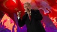 Der türkische Präsident Erdogan am Montag in Istanbul während einer Rede anlässlich des dritten Jahrestages des gescheiterten Putschversuches