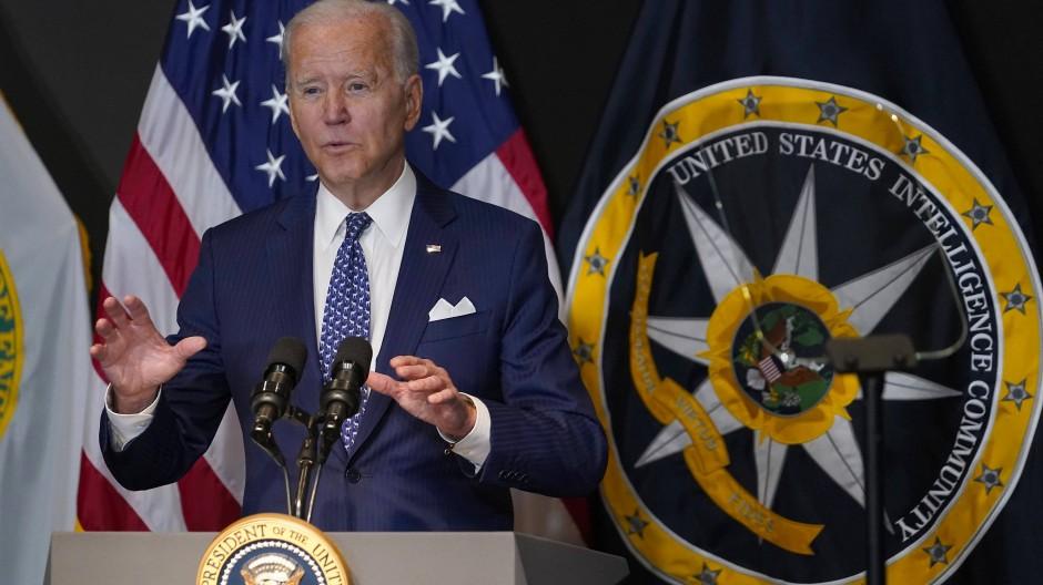 Joe Biden spricht während seines ersten Besuchs im Office of the Director of National Intelligence.