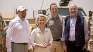 Ursula von der Leyen mit Mitgliedern des Verteidigungsausschusses.