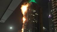 """Der """"Torch Tower"""" in Dubai steht in Flammen."""