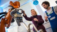 Arbeiten Roboter künftig schon gänzlich ohne menschliche Überwachung – so wie hier Bildungsministerin Johanna Wanka im Februar in Stuttgart.
