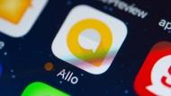 """Die neue Google-App """"Allo"""" analysiert empfangene Bilder und schlägt Antworten vor. Gäbe es jetzt noch eine App, die Bilder knipst und versendet, bräuchte es keine Menschen mehr zur Pflege sozialer Kontakte."""