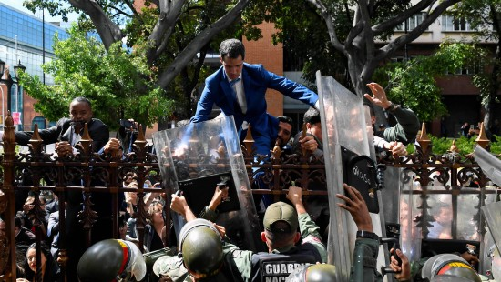 Guaido versucht über Zaun des Parlaments zu klettern