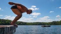 Mehr Zeit für die schönen Dinge: Der 75-jährige Lothar aus Frankfurt (Oder) springt in den Trepliner See.