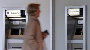 Es wird immer teurer: Immer mehr Banken erhöhen infolge sinkender Zinseinnahmen alle möglichen Gebühren – etwa für Abhebungen am Geldautomaten.