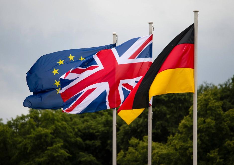 Fahnen im Wind: Die europäische, die britische und die deutsche Flagge in Berlin.