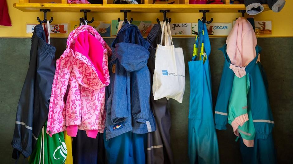 Jacken und Taschen hängen im Eingangsbereich eines Kindergartens in Wandlitz.