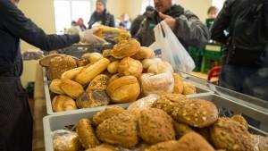 Bei den Tafeln stehen immer mehr Rentner für Essen an