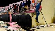 Tote bei Massenpanik in Fußballstadion